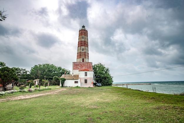 ブルガリアの背景に曇り空のシャブラ灯台