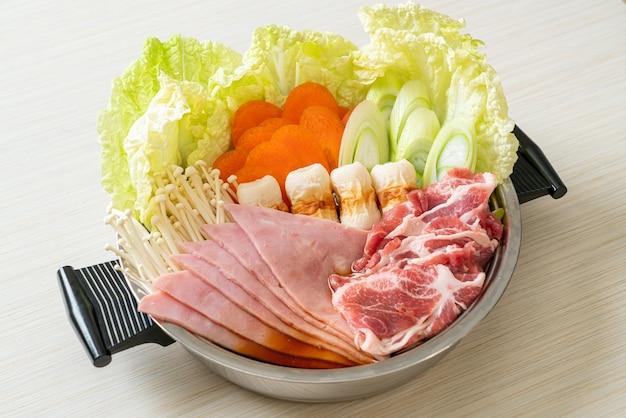 生と野菜の肉が入ったしゃぶしゃぶ鍋黒汁-日本食スタイル