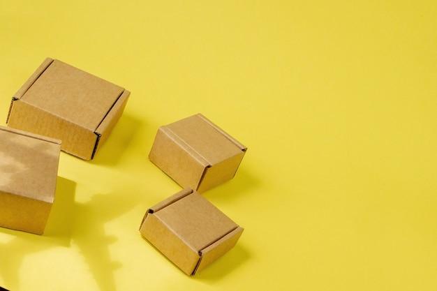 그림자 비행기와 판지 상자 더미입니다. 항공 화물 및 소포, 항공우편의 개념입니다. 상품 및 제품의 빠른 배송. 화물 항공기