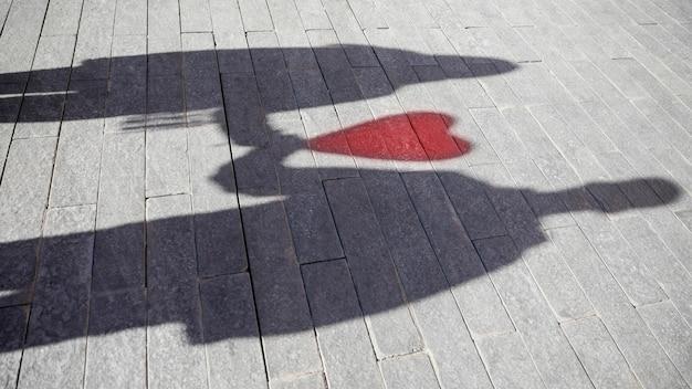 心の形の風船とカップルの影