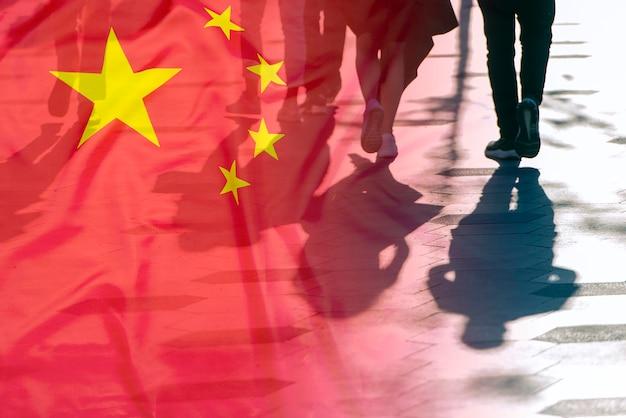 도로 위의 사람들의 그림자와 중국 국기 컨셉 사진