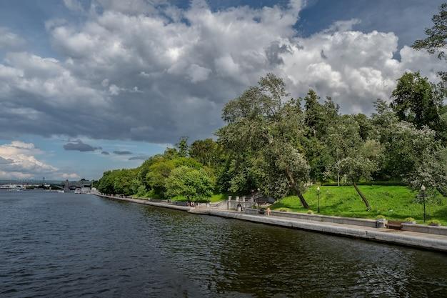 モスクワの川沿いの日陰の緑の堤防
