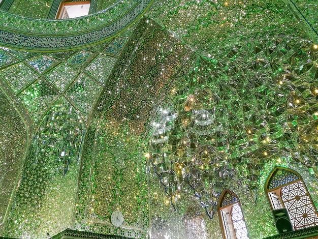 Shah-e-cheragh shrineと霊廟のペルシャのインテリアミラーモザイク作品。