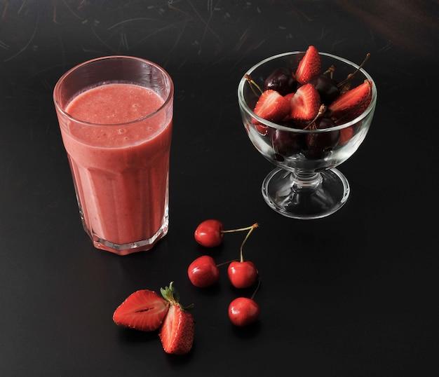 Смешайте свежие ягоды - клубнику и вишню на черном
