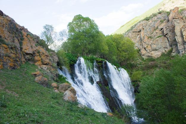 昼間の春のシャキ滝