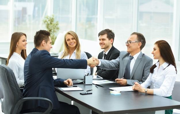 オフィスでビジネスパートナーとのビジネスミーティング中に握手