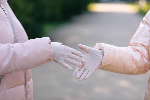 Рукопожатие в медицинских перчатках. концепция здравоохранения