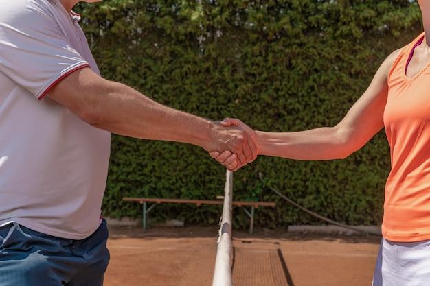 테니스 토너먼트에서 인터넷을 통해 악수.