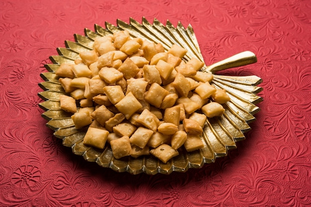 Shakkarpara 또는 shankarpali 또는 shankarpaleãƒâ'ã'â는 다이아몬드 모양입니다. 전통적인 수제 인도 구자라트어 또는 마하라슈트리아 휴일 달콤한 스낵 음식