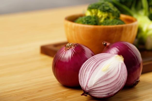 エシャロット静物ウッド背景タマネギ球根シーズンハーブ野菜成分