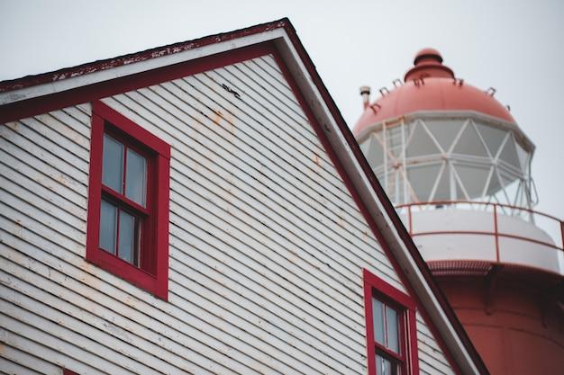 Неглубокий фокус белого деревянного двухэтажного дома