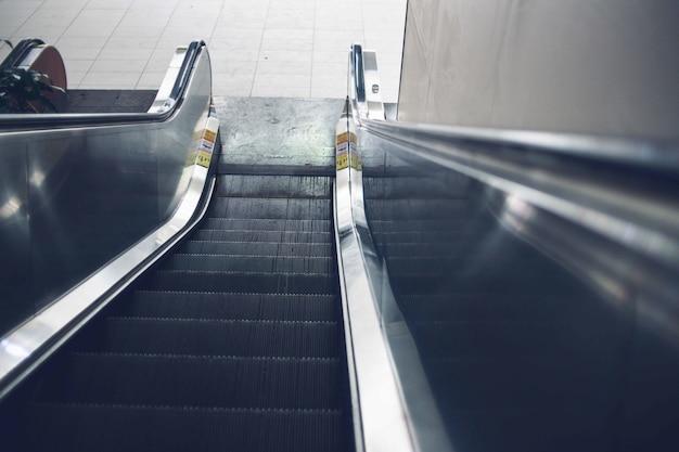 Неглубокое фото эскалатора