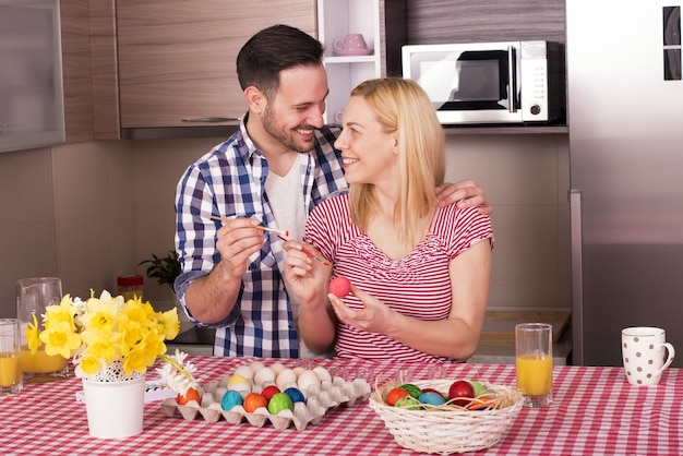 喜びでイースターエッグを描く幸せな家族の浅いフォーカスショット