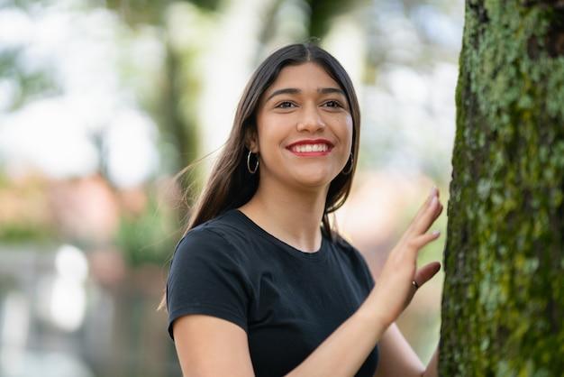 笑顔の若い女性のコンセプトの浅いフォーカスショット