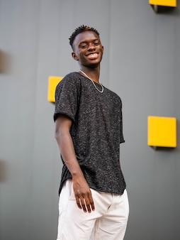 회색 벽에 젊은 흑인 남성의 얕은 초점 샷
