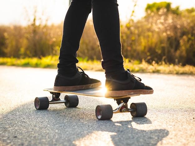 스케이트보드를 타는 젊은 남성의 얕은 초점 샷