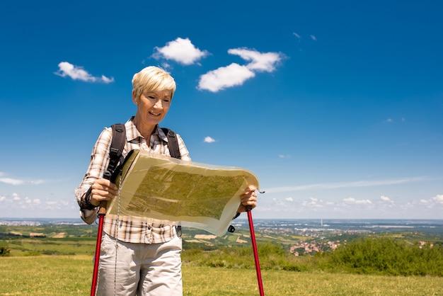 큰 분야에서 세 여성 여행자의 얕은 초점 샷