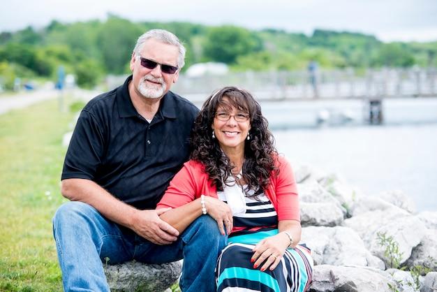 カメラを見ながら笑っている老夫婦の浅いフォーカスショット