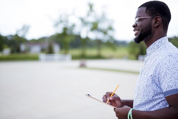 Неглубокие фокус выстрел мужского письма в буфер обмена