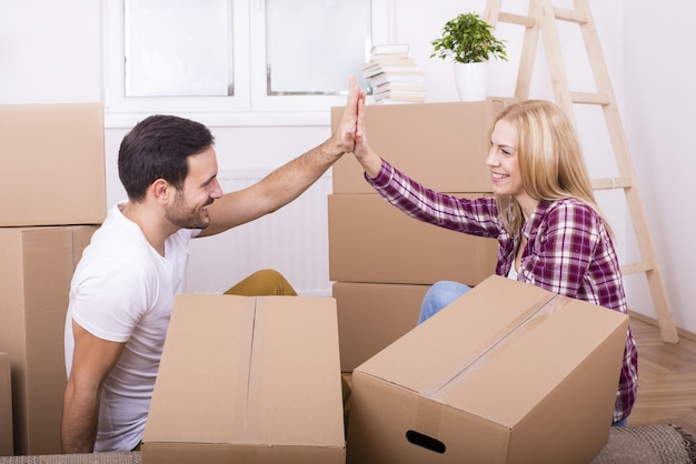 Colpo poco profondo del fuoco di una giovane coppia che fa le riparazioni nella loro casa