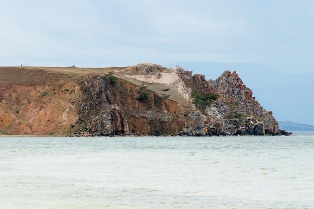 Шаманская скала на байкале в пасмурную погоду крупным планом. нет солнца. о рок-людях.