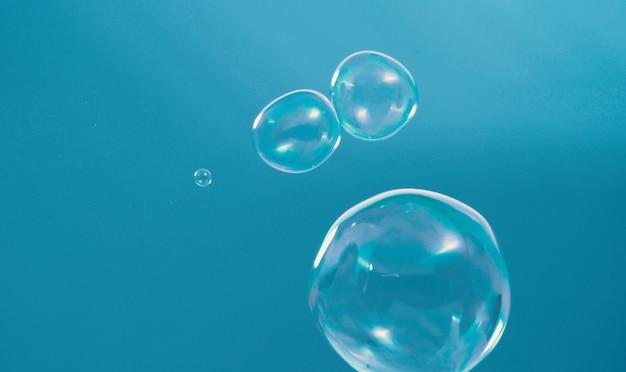 Пузырьки шампуня, летящие в воздухе под дуновением ветра, представляют собой освежающую игривую