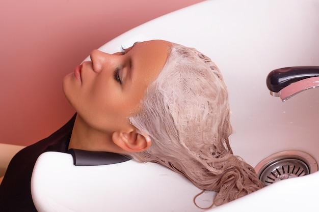 여성 금발 머리의 샴푸 세척