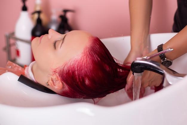 여성 분홍색 머리카락의 샴푸 세척