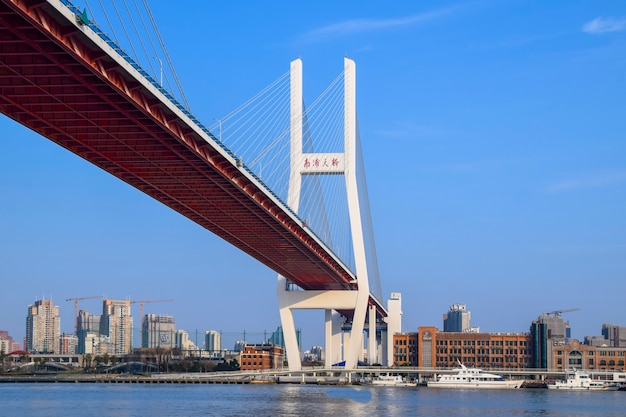 Шанхай, китай - 18 февраля 2021 г .: мост нанпу - первый мост, пересекающий реку хуанпу из центра шанхая и соединяющий его с районом пудун через реку.