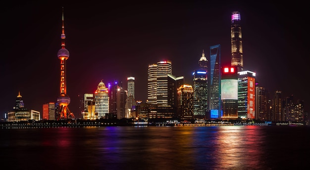 중국 상하이 - 2018년 5월 17일: 동방명주 라디오 및 텔레비전 타워와 상하이 건물. 바이탄 제방에서 푸동 지구까지의 전경