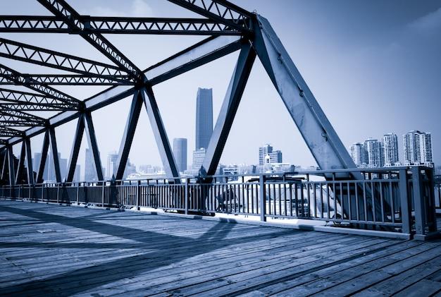 上海、高層ビル、古い鉄橋。