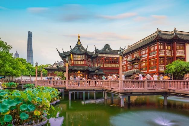Шанхай, китай, вид на традиционный садовый район юйюань в сумерках