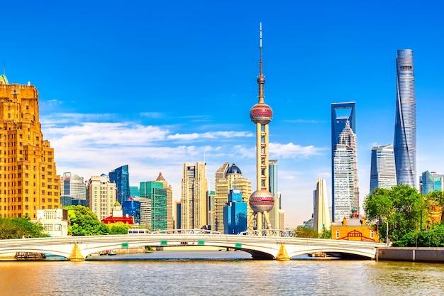 역사적인 waibaidu 다리와 상하이 푸동 스카이 라인