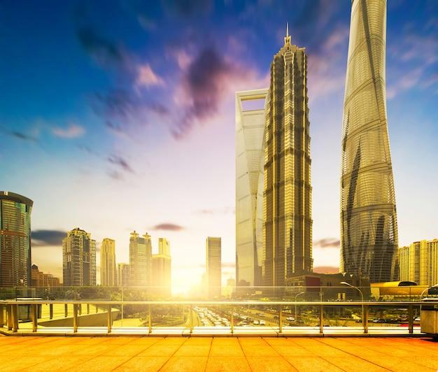Шанхайский горизонт и городской пейзаж на закате