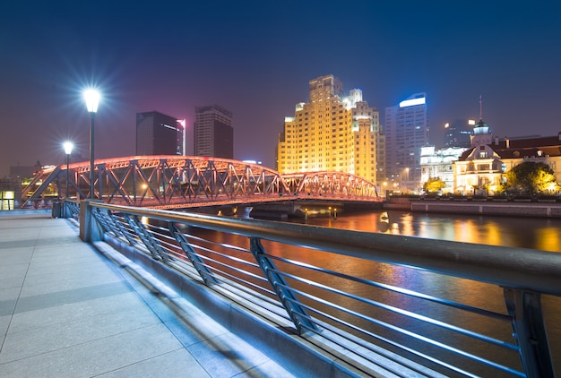 강 위에 화려한 빛으로 밤에 상하이 와이 바이두 다리 파노라마