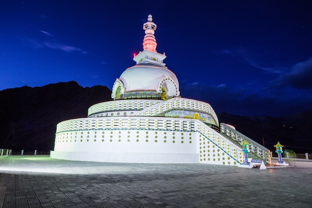 Shanti stupa、レー、インド。