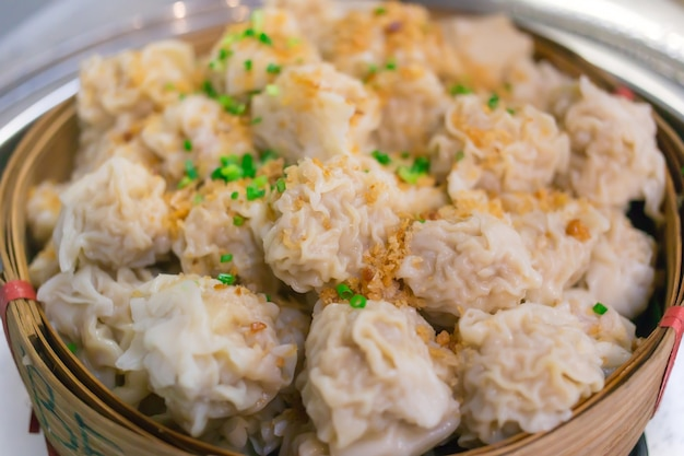 焼売は、豚肉ににんにくの炒め物とねぎのみじん切りを竹かごに乗せて作った中華料理です。