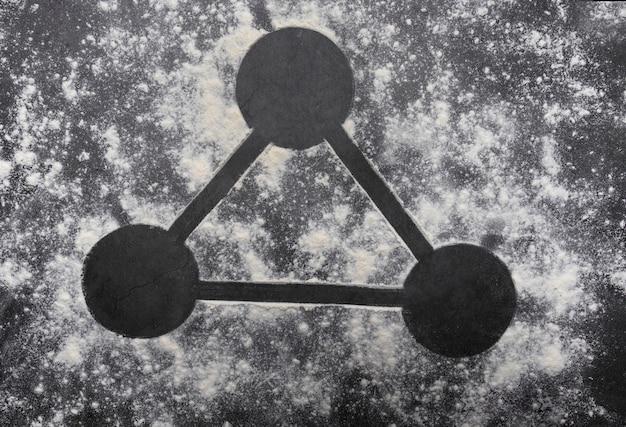 灰色のテーブルに小麦粉で作った形