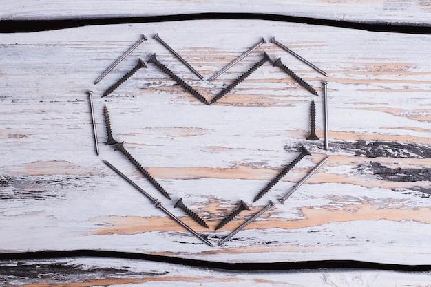 나사와 못으로 만든 하트 모양