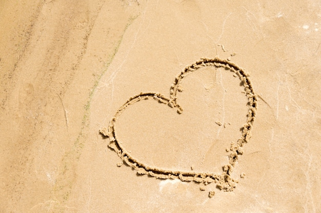 ビーチの砂に描かれたハートの形