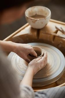 陶芸の粘土を形作る