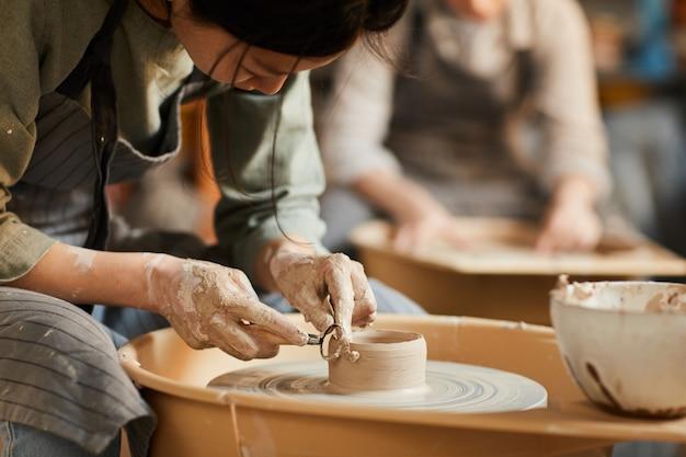 陶芸のぬれた粘土を形作る