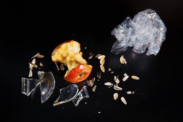 Осколки стекла и сердцевина яблока как концепция экологии и утилизации отходов