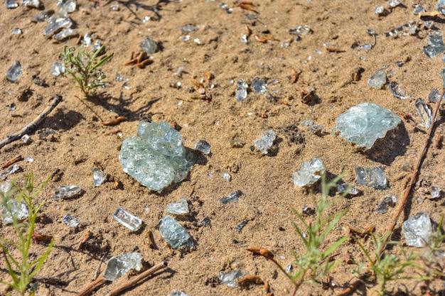 모래에 근접 촬영 유리 파편, 모래에 파편