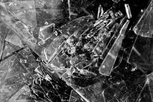 黒の背景に分離されたガラスの破片。割れたガラス。高品質の写真