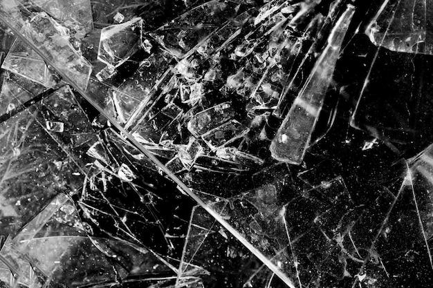 黒の背景に分離されたガラスの破片。割れたガラス。