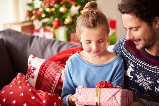 クリスマスプレゼントをパパと共有する