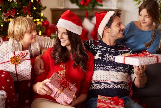 가족과 함께 크리스마스 선물 나누기