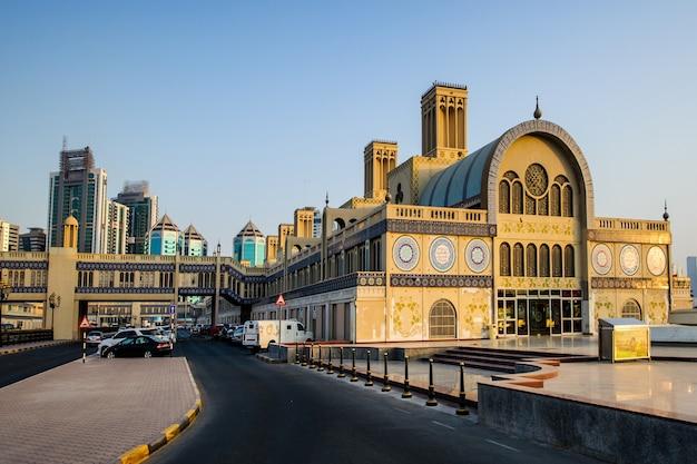Шарджа, оаэ - 7 октября, центральный рынок в городе шарджа, самый популярный рынок ювелирных изделий и сувениров. снимок сделан 7 октября 2016 г.