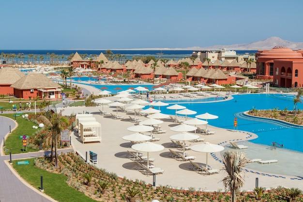 Шарм-эль-шейх, египет - 2 июня 2021 года: вид сверху на отель albatros laguna vista resort в городе шарм-эль-шейх в египте с красным морем на поверхности